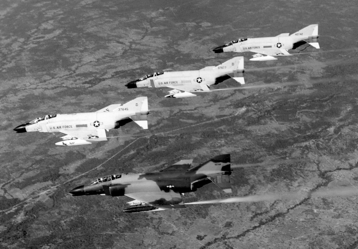 Loose deuce Vs fluid four: during the Vietnam War the fighting tactics used by US Naval Aviators were better than those of the USAF pilots – here's why