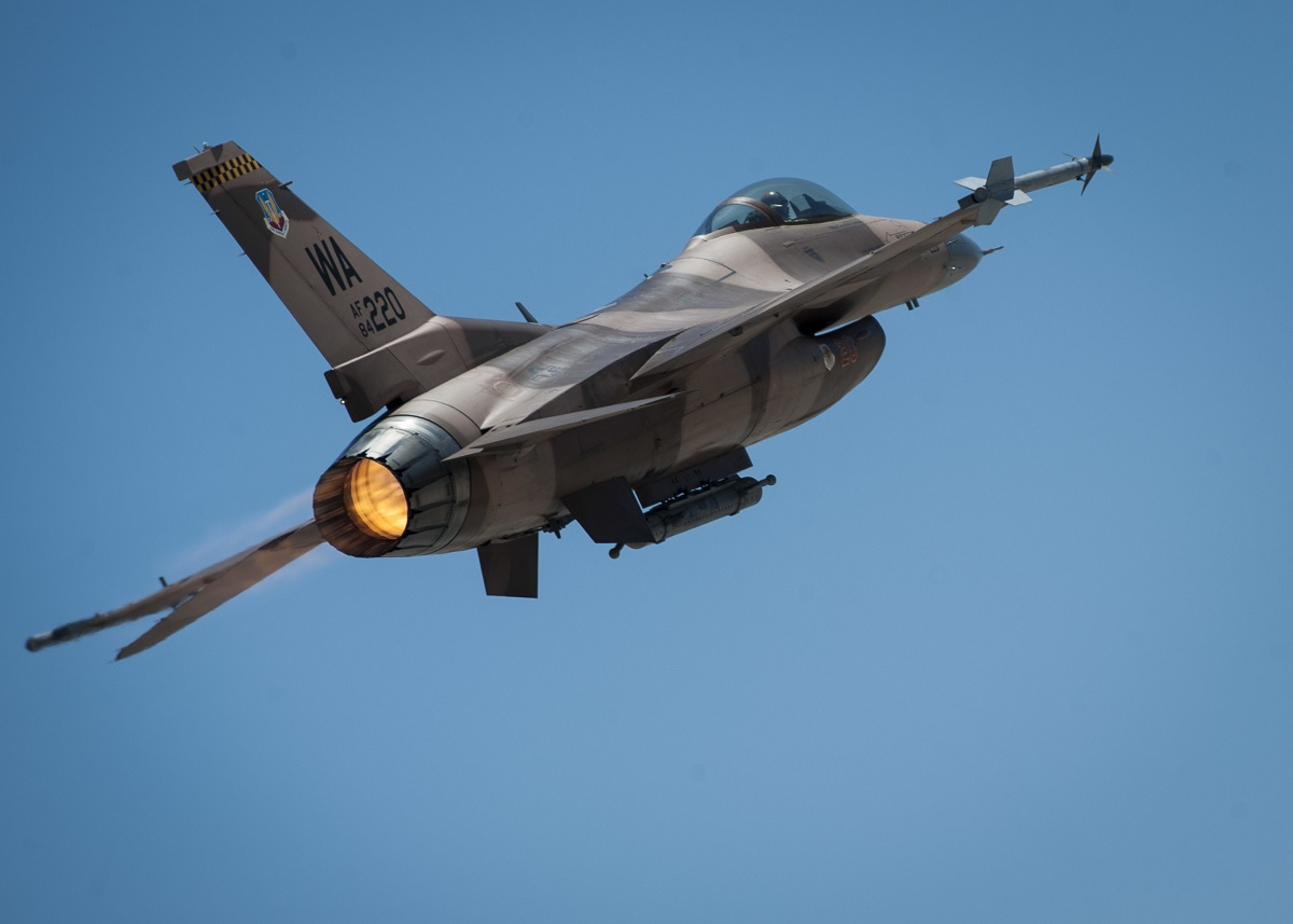 """Cool """"bookazine"""" tells you all you need to know about the legendary F-16 Viper"""
