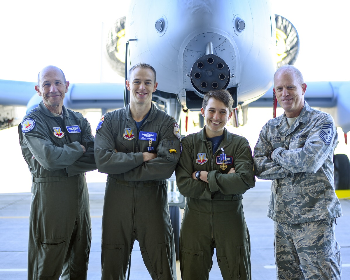 A-10 drivers receiveDistinguished Flying Cross medals for strafing mission in Syria that saved over50 U.S. personnel