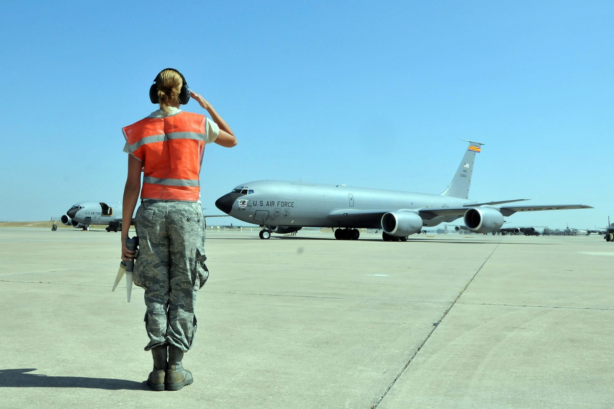 The story behind Military aviation salute: the tradition that signals bond between aviator, maintainer