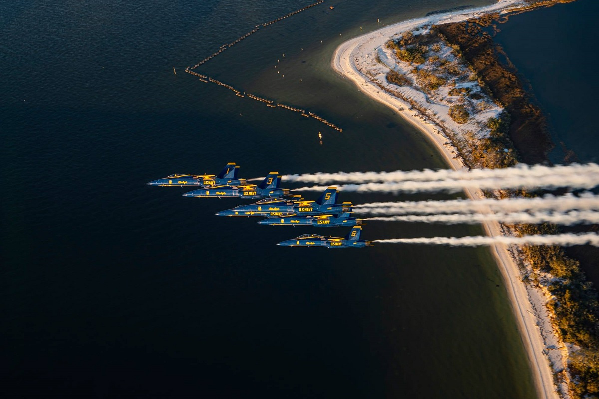 Check out these photos of Blue Angels final flight on F/A-18 Legacy Hornets
