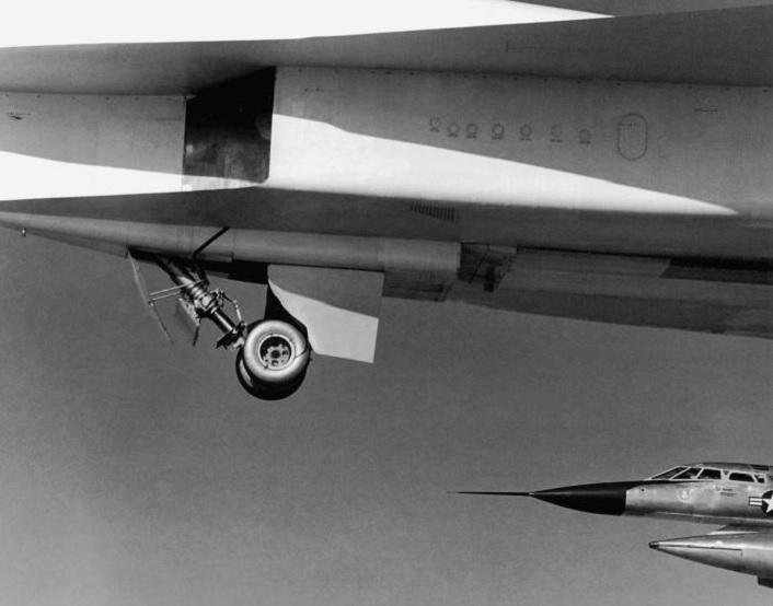 Watch an XB-70 Valkyrie Mach 3 bomber doing an emergency landing