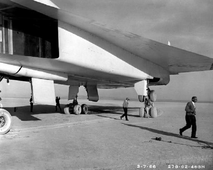 "That time an XB-70A Valkyrie performed an emergency landing on ""tip-toe"""