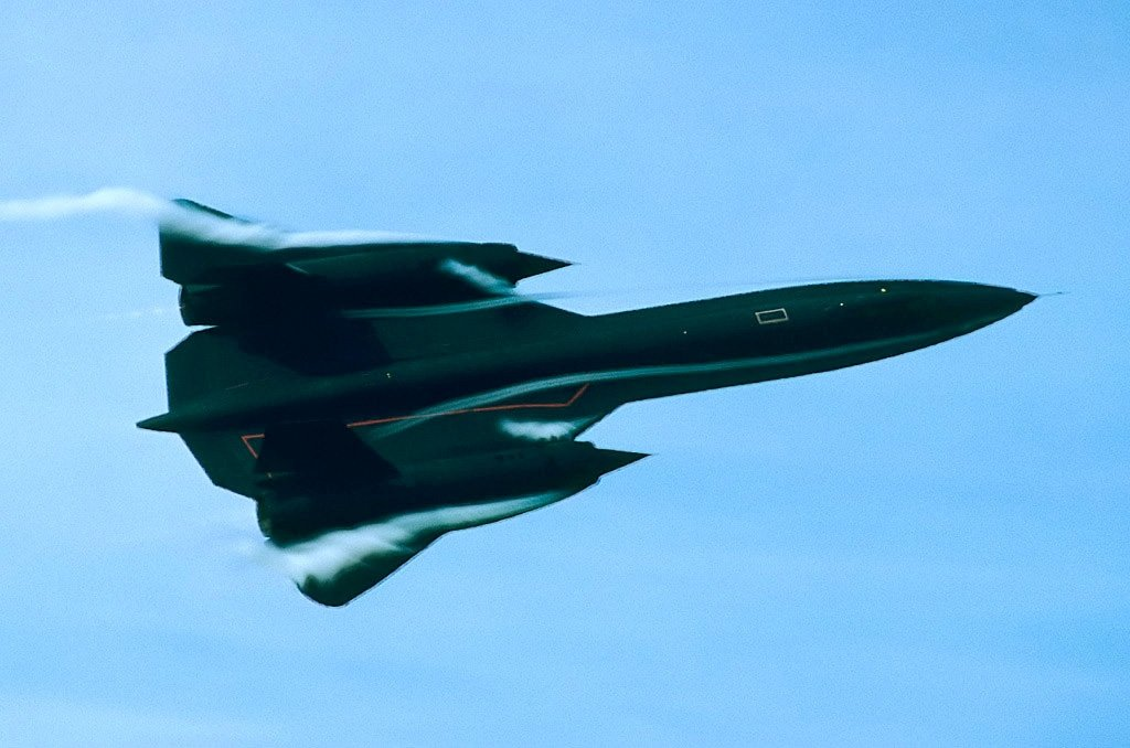 Here's a rare footage of SR-71 Blackbird Performing at an Airshow